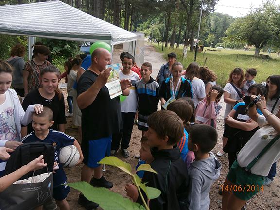 Деца събират отпадъци на Градище