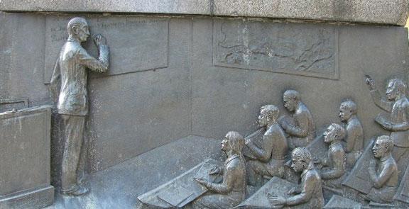 Паметник на Васил Априлов в Габрово