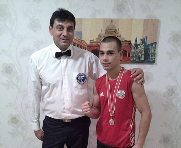 Габровският боксьор Здравко Михайлов и съдията Нешо Мостров