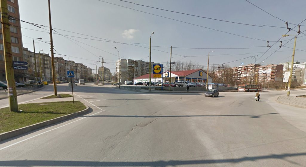 "Съществуващото кръстовище на бул.""Могильов"", ул.""Свищовска"" и ул.""Лазурна"" © Google Street View"