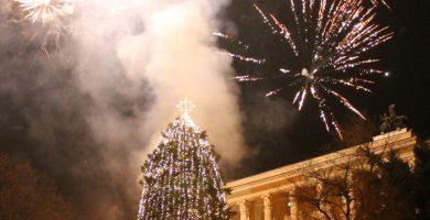 """Светна коледната елха на площад """"Възраждане"""" в Габрово"""
