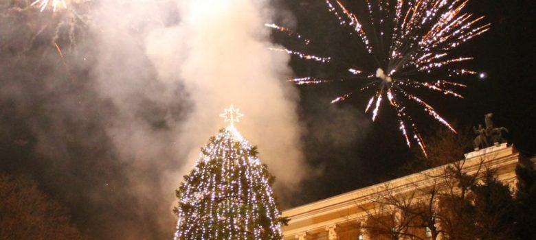 """Светна коледната елха на площад """"Възраждане"""" в Габрово, декември 2016 © Община Габрово"""