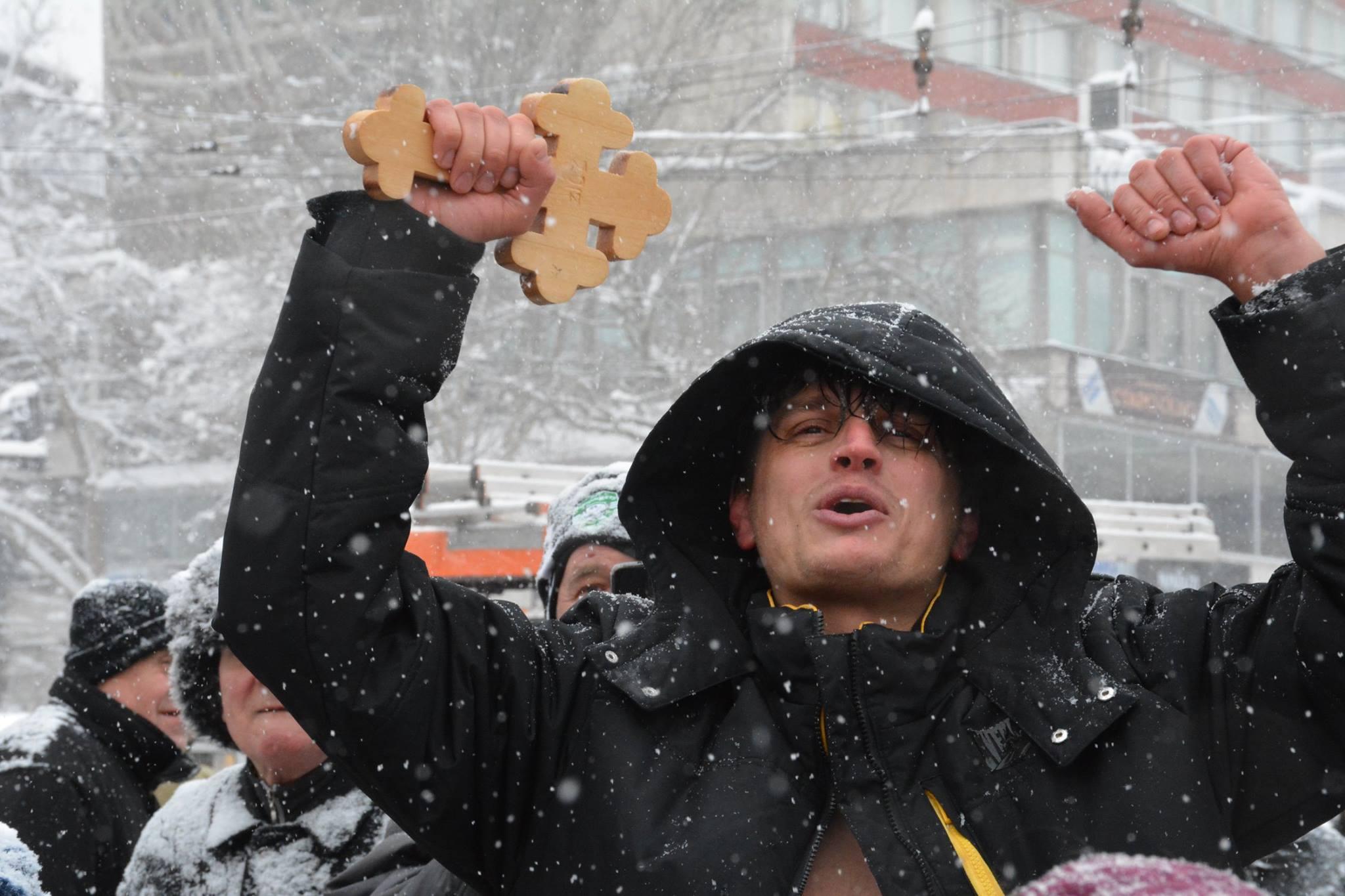 Йордан Белев (Дани Меджикс) хвана кръста на Йордановден © Община Габрово