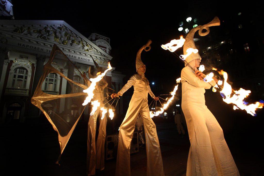 """Огненото шоу на кокили на Театър на огъня и сенките Fireter ще бъде кулминацията на вечерта на 21 май на площад """"Възраждане"""""""