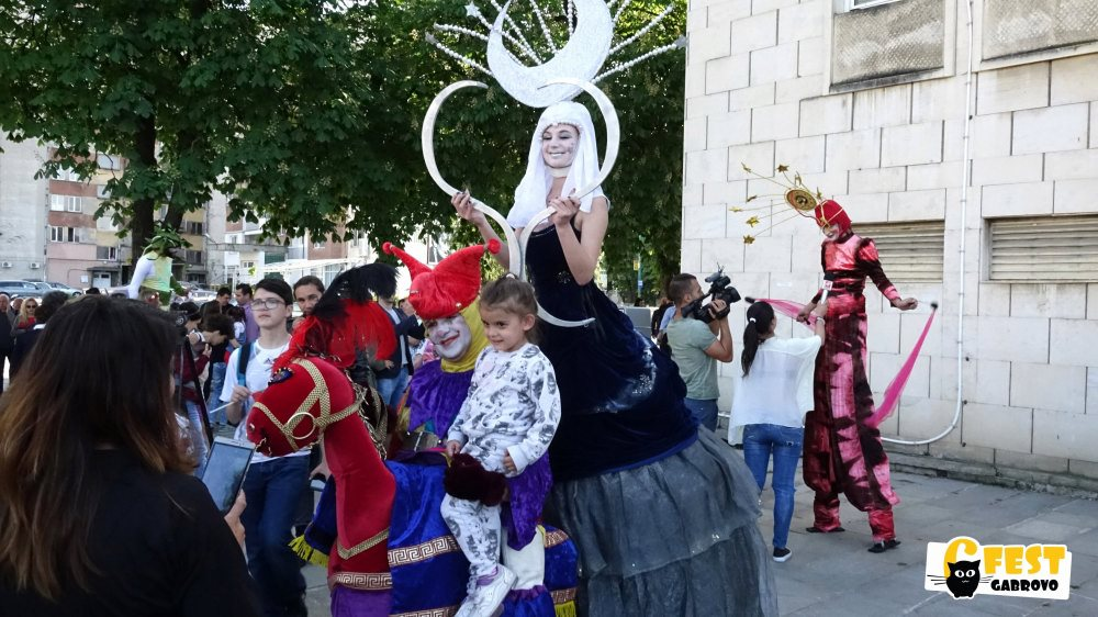 """6Fest: Уличен карнавален пърформанс на """"Жар театър"""" © 6Fest"""
