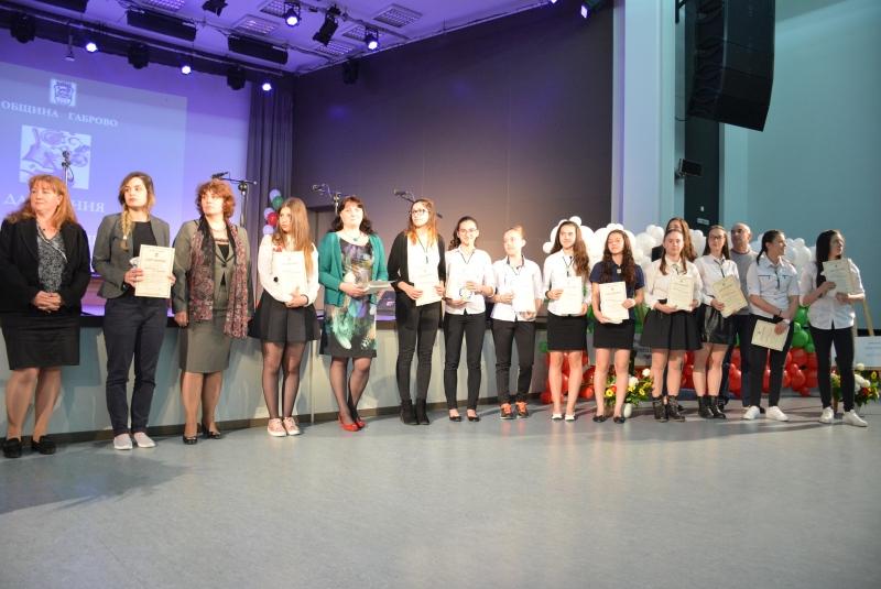 """Сто деца и младежи от габровските училища са отличени и вписани в Почетната книга """"Дарования и постижения"""" на Габрово за 2017 г."""