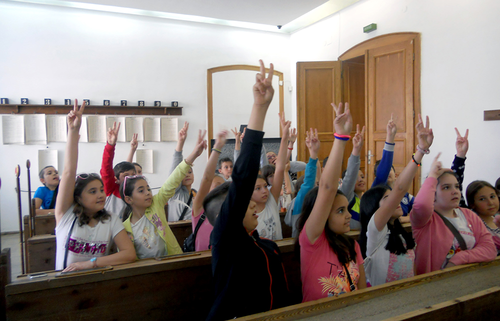 Ученици в НМО във възстановката на взаимно училище © Национален музей на образованието