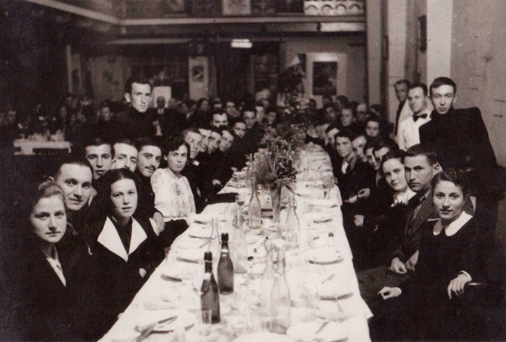 Снимка от дарението на Вангелови на НМО. Ученици празнуват абитуриентски бал с ученически униформи. 1938 година.