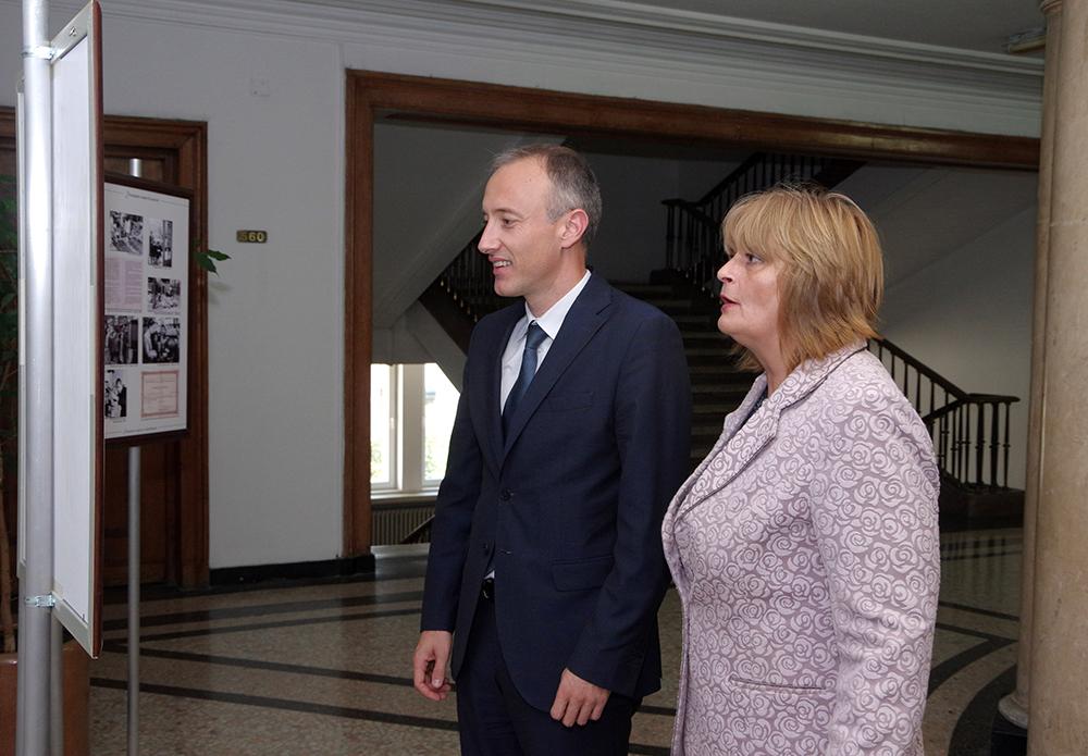 Директорът на НМО Мая Карагьозова показва на министъра на образованието Красимир Вълчев гостуващата изложба