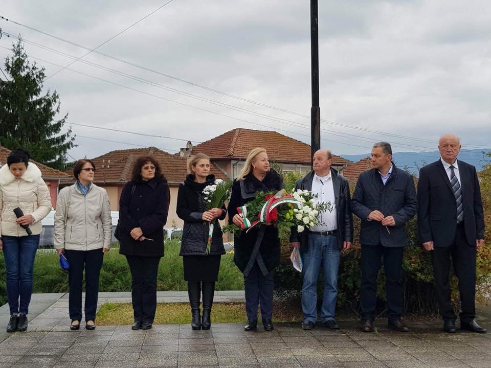 Официални лица на честването на 125 години от рождението на Дан Колов - кметът на Севлиево Иван Иванов, областният управител Невена Петкова, народният представител Иглика Иванова-Събева