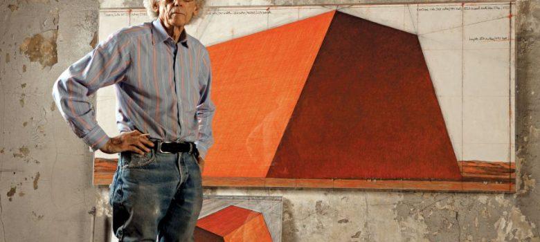 Кристо в студиото си с подготвителна рисуна за Мастаба, 2012. Фотограф Волфганг Фолц © 2012 Christo