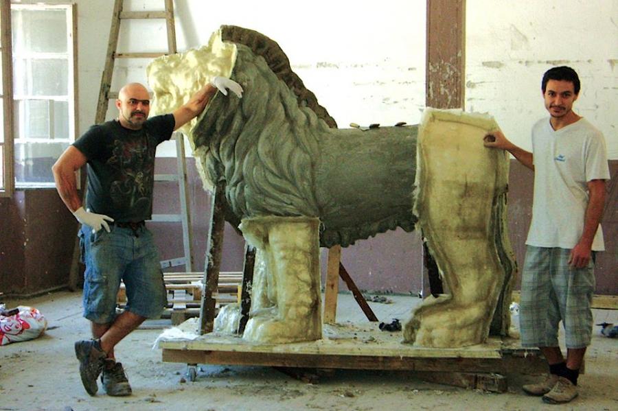 Една от новите лъвски фигури за моста над река Росица в Севлиево