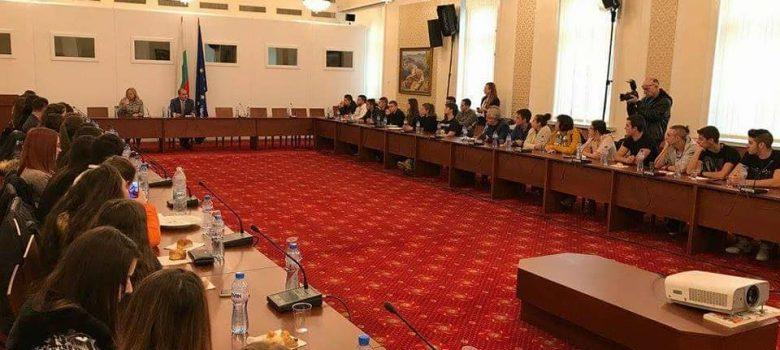 """80 млади севлиевци, ученици в ХІІ клас от СУ """"Васил Левски"""", посетиха Народното събрание"""