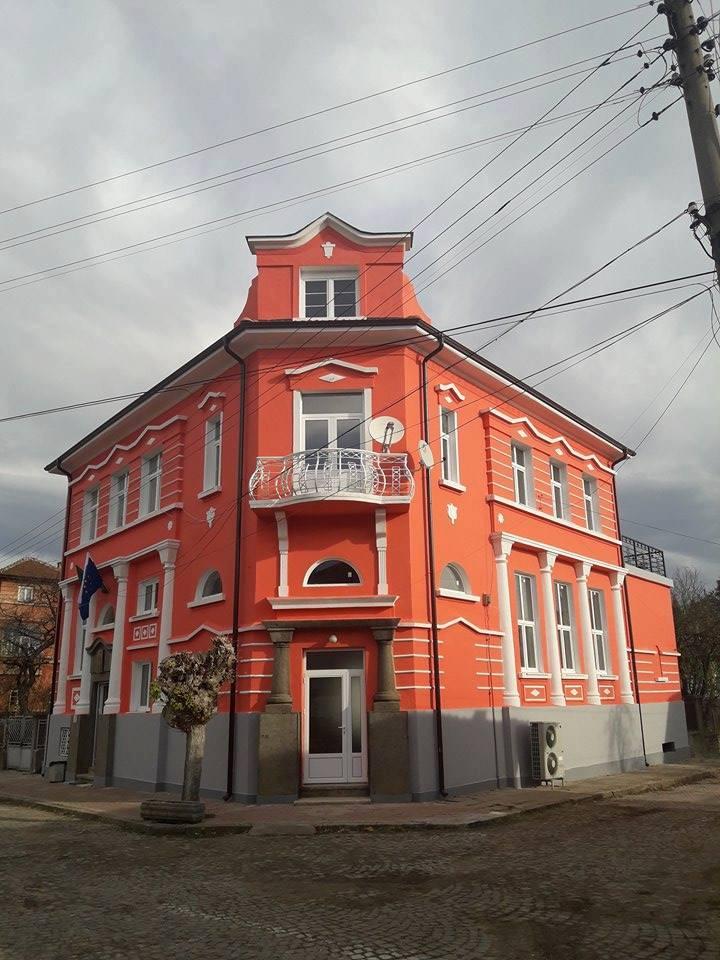 Обновената сграда на кметството в село Царева ливада
