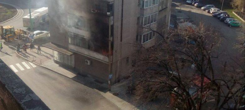 Пожар в апартамент на Колелото в Габрово. Снимка: И. Николов. Източник: Нарушителите в Габрово