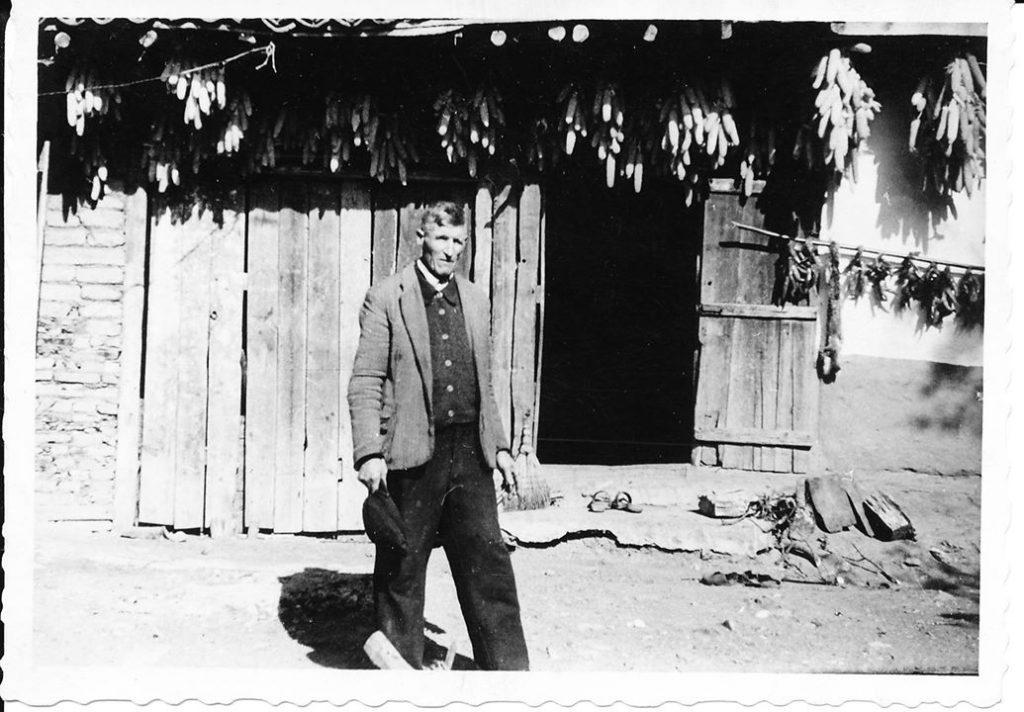 Тотю Безлов пред шарланджийската му работилница в с. Шипка