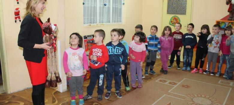 Кметът на Габрово Таня Христова раздаде коледни подаръци в детските градини