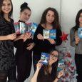 """Ученици от ХІ А клас в НАГ с картинки за коледния концерт на """"Upstream Voices"""" на 15 декември 2017 г. Снимка: ХІ а, НАГ"""
