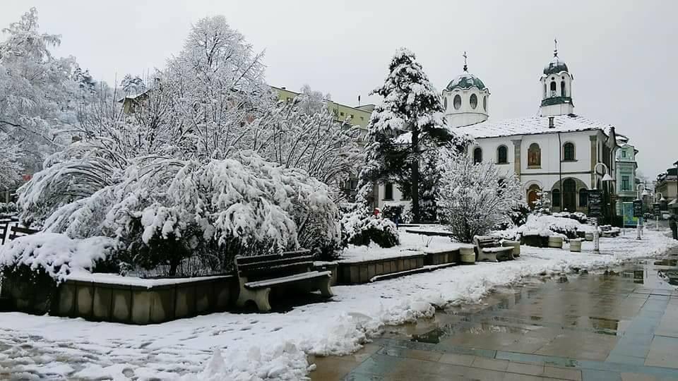 """Зима в Габрово, ул. """"Радецка"""" и църквата """"Успение Богородично"""" © Стоян Братованов"""