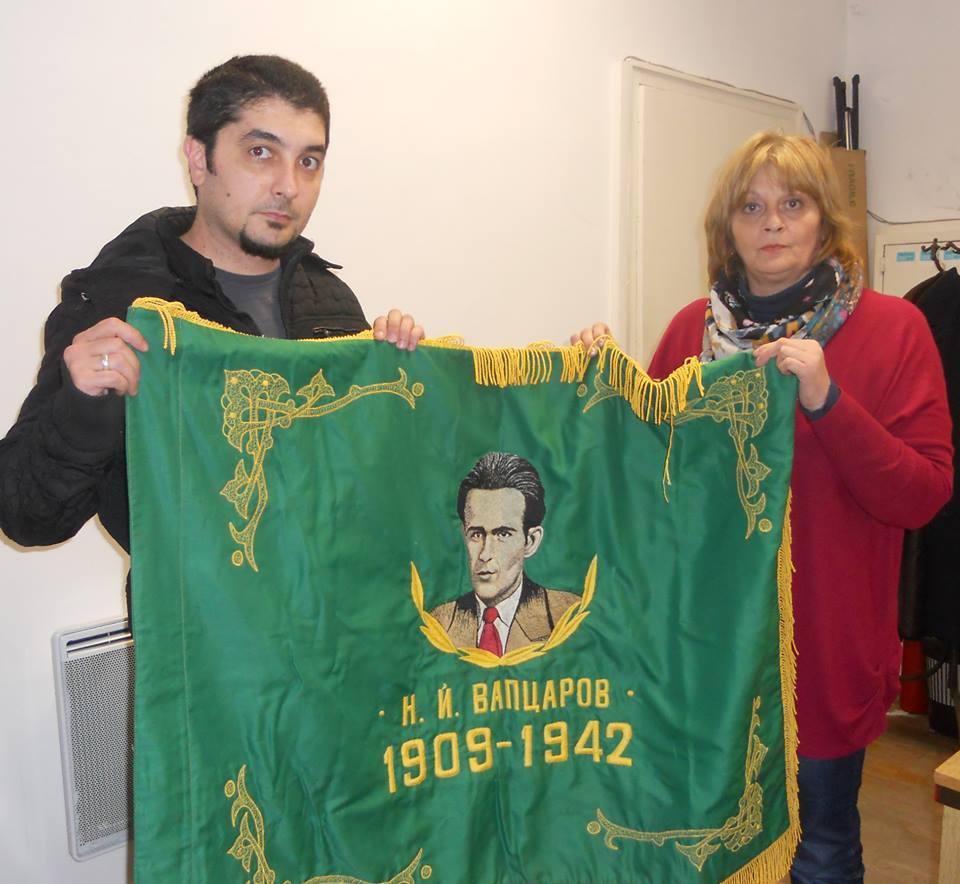Учителят по история Самуил Йонков предава знамето на училището в с. Поповци на Мая Карагьозова, директор на НМО
