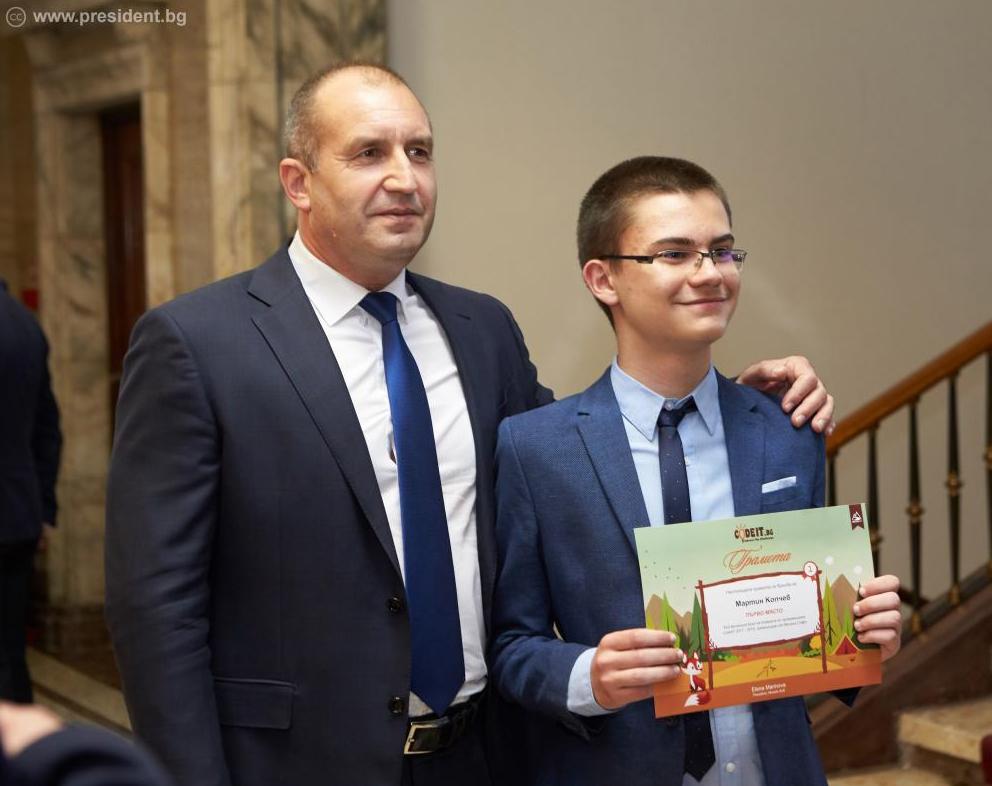 Мартин Копчев получава наградата в CodeIT 2018 от президента Румен Радев © Президентство на Р България
