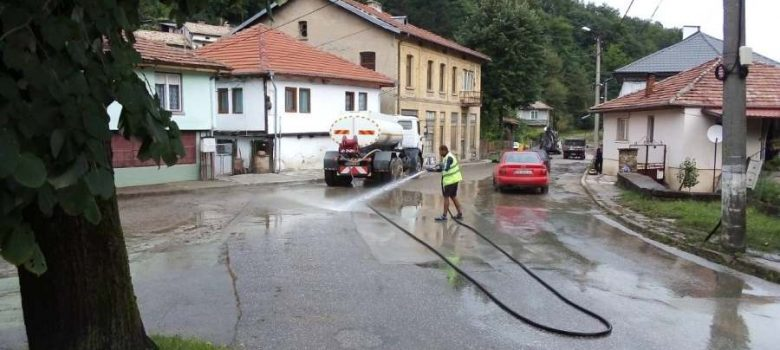"ОП ""Благоустрояване"" почиства улици и водостоци след пороя на 27 юли 2018 © Община Габрово"