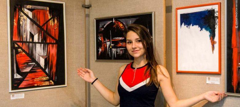 """Алина Пенчева пред част от картините й в изложбата на НГПИ """"Тревненска школа"""" © ЕМО Етър"""