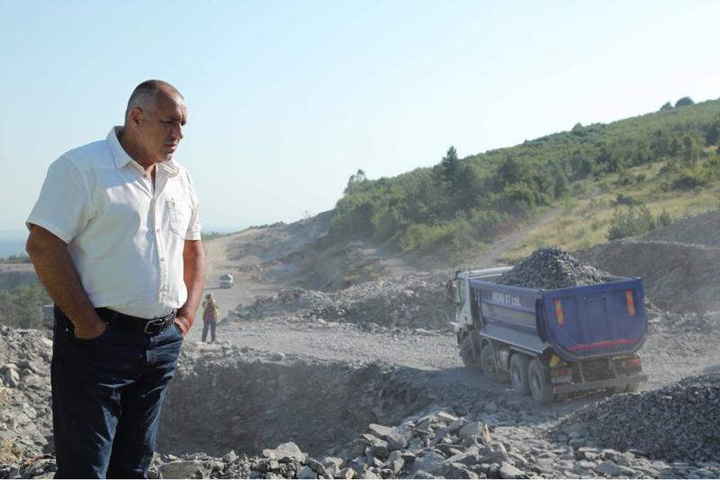 """Бойко Борисов инспектира строителството на автомагистрала """"Хемус"""" © МРРБ"""
