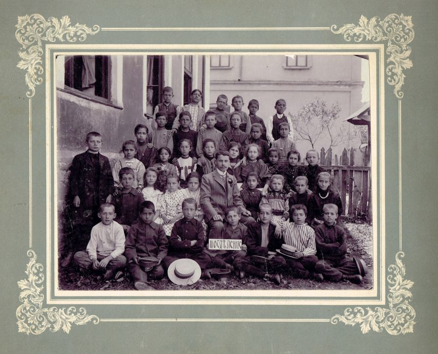 Началният учител Иван Станев започва учебната година с класа си (IV отделение) в с. Драганово, 1904/05 г. © НМО