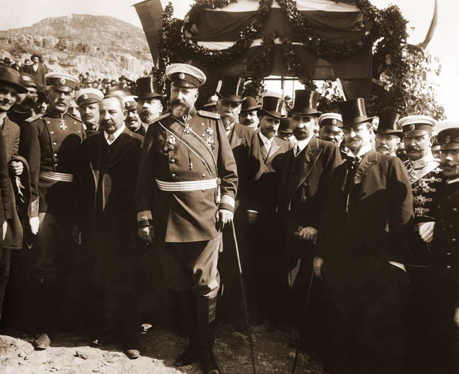 Цар Фердинанд I, премиерът Александър Малинов и други официални лица при обявяването на независимостта на България