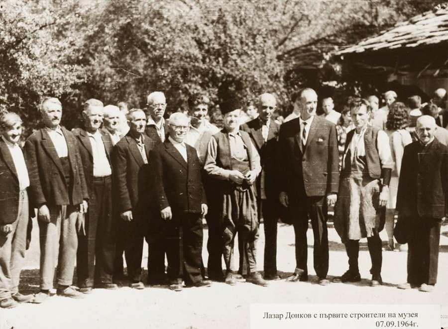 """Лазар Донков и първите строители на музея при откриването на ЕМО """"Етър"""" © ЕМО """"Етър"""""""