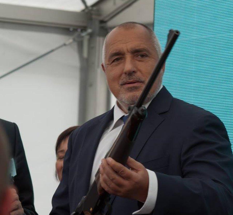 """Премиерът Бойко Борисов получи подарък - производство на """"Габинвест"""" в Габрово © Областна администрация Габрово"""