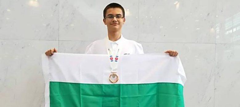 Мартин Копчев с бронзов медал от Международната олимпиада по информатика, 2018. Снимка: Личен архив