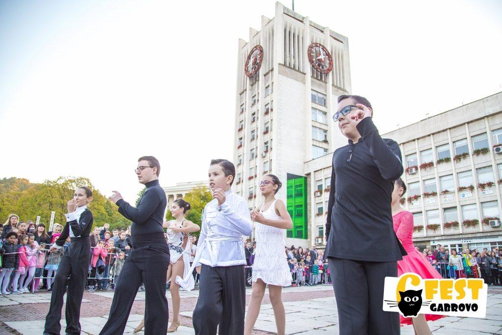 """Клуб за спортни танци """"Ритмика"""". Спектакъл на площад """"Възраждане"""", Фестивал за улични изкуства 6Fest, 5 октомври 2018 © 6Fest, фотограф: Eli Deli"""