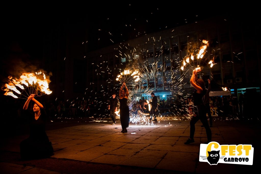 """Огнено шоу на """"Fire Shadows"""". Спектакъл на площад """"Възраждане"""", Фестивал за улични изкуства 6Fest, 5 октомври 2018 © 6Fest, фотограф: Eli Deli"""