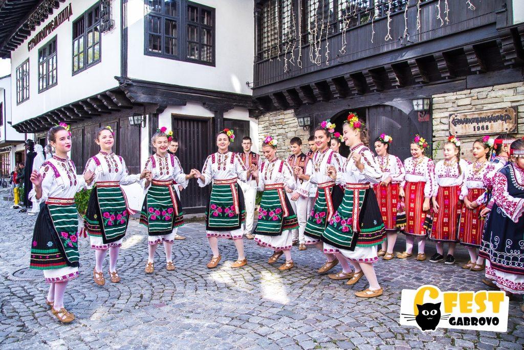 "Ансамбъл ""Сивек"" в Шести участък - Фестивал за улични изкуства 6Fest Габрово, 6 октомври 2018 © 6Fest, фотограф: Eli Deli"