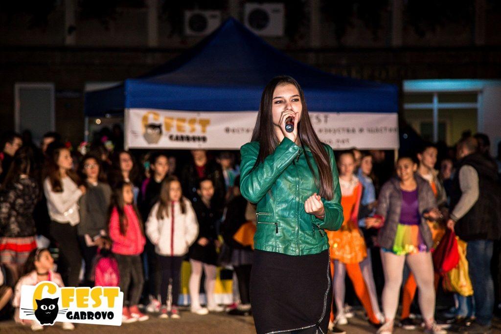 """Ивета Петрова. Спектакъл на площад """"Възраждане"""", Фестивал за улични изкуства 6Fest, 5 октомври 2018 © 6Fest, фотограф: Eli Deli"""