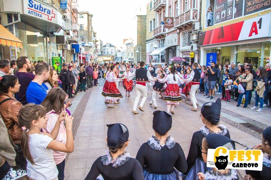 """Ансамбъл """"Сивек"""" на ул. """"Радецка"""". Танцово шествие на фестивала за улични изкуства 6Fest, 5 октомври 2018 © 6Fest, фотограф: Eli Deli"""