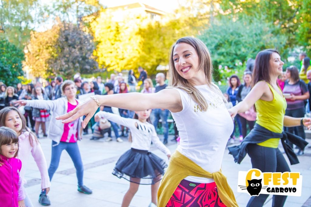 "Клуб за латино танци ""Инкансабле"" на ул. ""Радецка"". Танцово шествие на фестивала за улични изкуства 6Fest, 5 октомври 2018 © 6Fest, фотограф: Eli Deli"