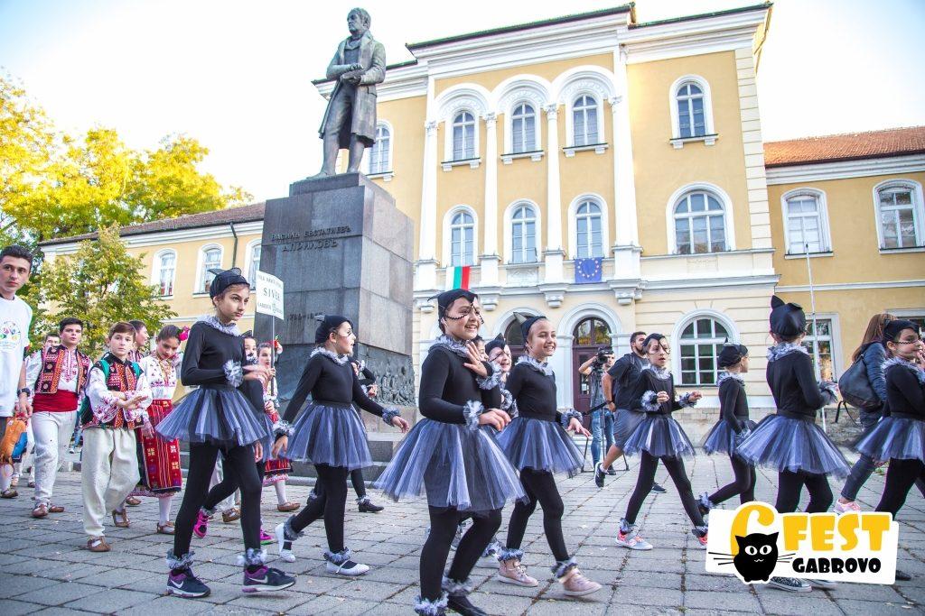 """Танцова школа """"Лиана"""". Танцово шествие на фестивала за улични изкуства 6Fest, 5 октомври 2018 © 6Fest, фотограф: Eli Deli"""
