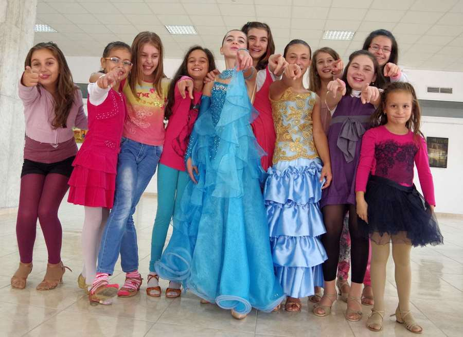 """Клуб по спортни танци """"Ритмика"""", кадър от снимките на клипа """"Щастливо Габрово"""" през 2014 г. Фотограф: Емил Михов"""