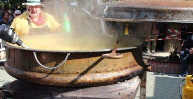 Ути Бъчваров приготвя тиквена супа за Празника на тиквата в Севлиево, 13 октомври 2018 © Община Севлиево