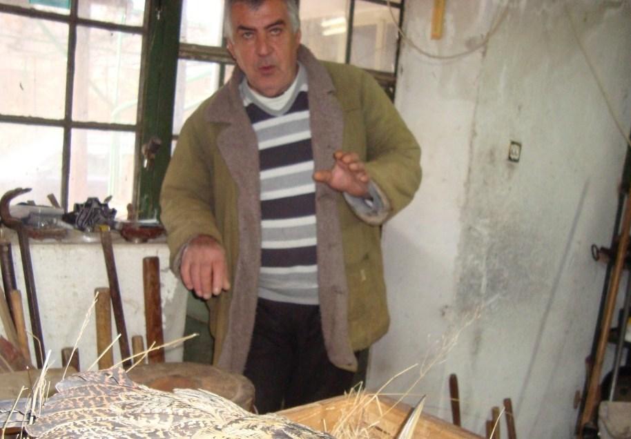 Мирослав Ненов от габровското село Чукилите спаси дива птица. Снимка: Тодорка Мирчева