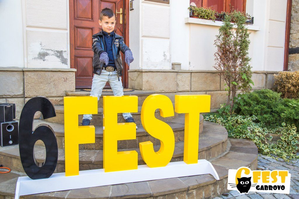 """Малкият китарист Леон Даниел Александров от МШ """"Звезди в аванс"""" по време на третото издание на уличния фестивал 6Fest, 6 октомври 2018 г. © 6Fest"""