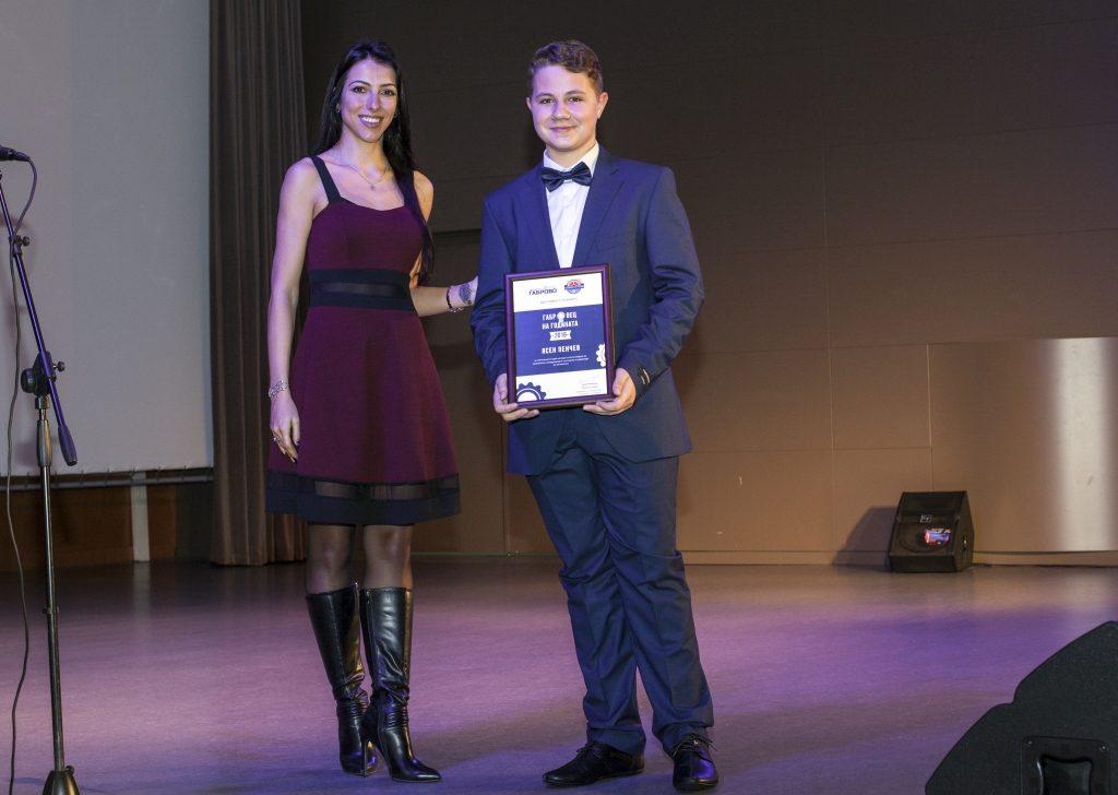 """Ученикът Ясен Пенчев получава отличието си """"Габровец на годината 2018"""" © Габрово Daily"""