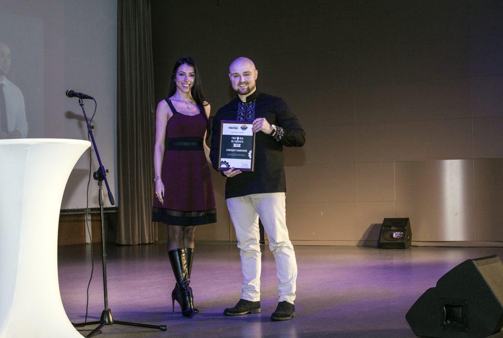 """Божидар Бошнаков (FFW Габрово) получава отличието """"Габровец на годината 2018"""" като победител в категорията """"Вот на публиката"""" © Габрово Daily"""
