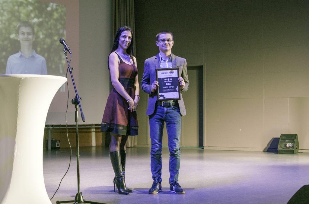 """Ученикът Мартин Копчев получава отличието си """"Габровец на годината 2018"""" © Габрово Daily"""