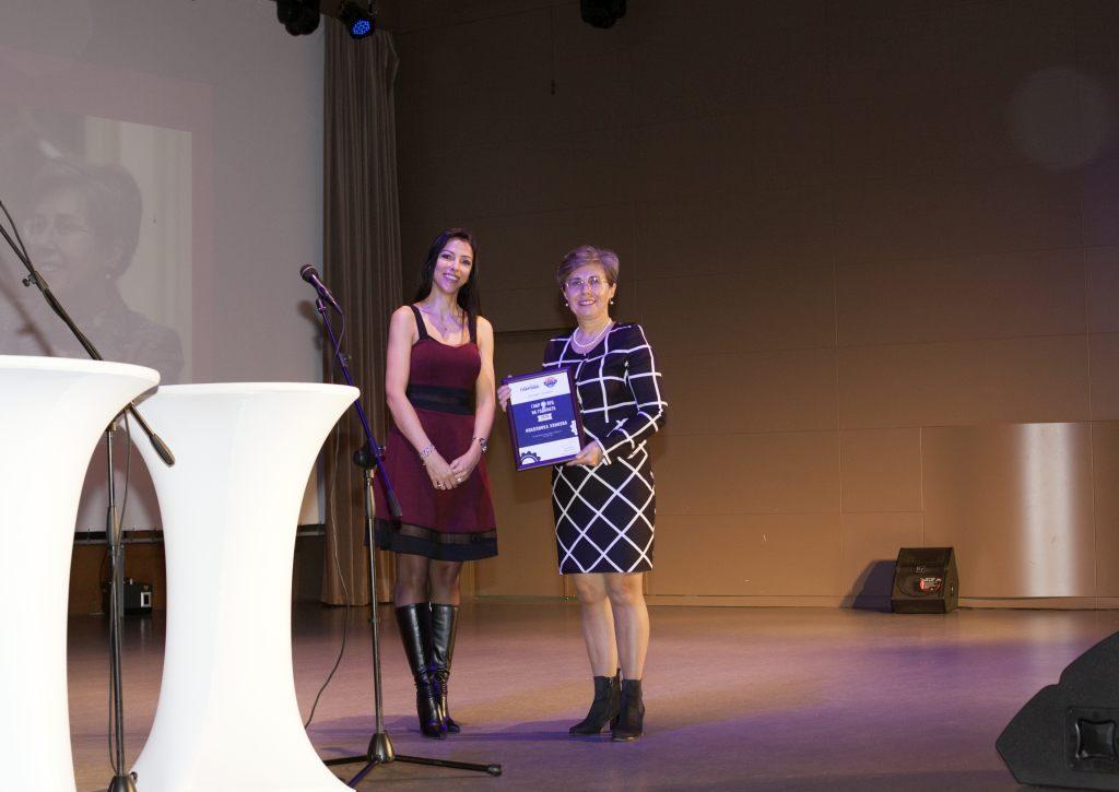 "Николинка Хинкова (""ЛС Тюбс"") получава отличието си ""Габровец на годината 2018"" © Габрово Daily"