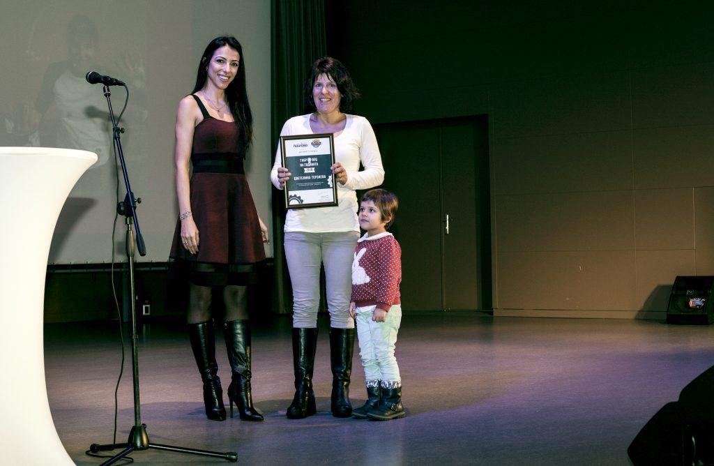 """Цветелина Терзиева (""""Доброделие"""") получава отличието си """"Габровец на годината 2018"""" © Габрово Daily"""