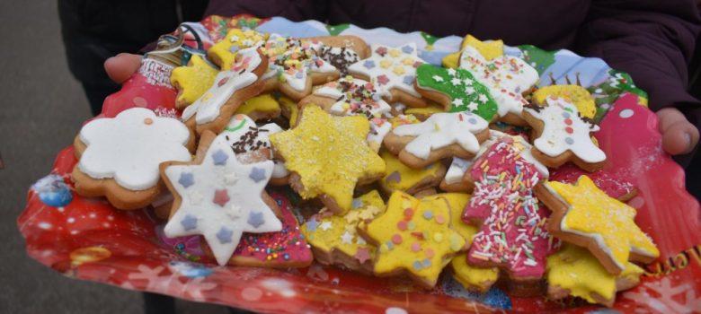 Коледни сладки от доброволците от Младежкия съвет по наркотични вещества © Община Габрово